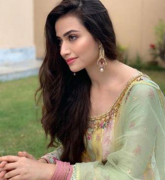 Sana Javed Height